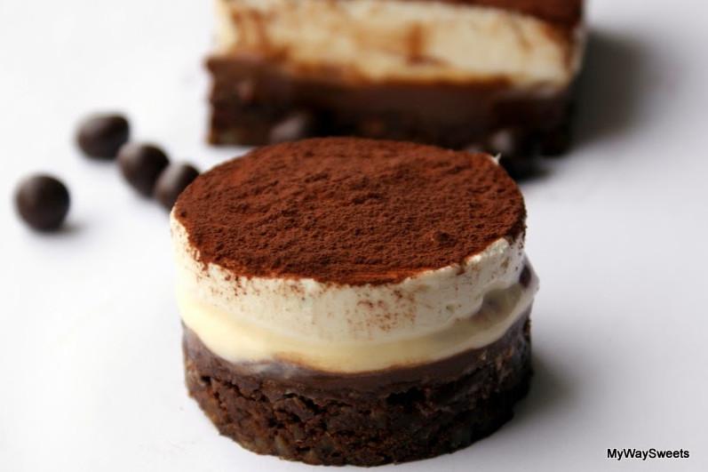 Deser orzechowo-czekoladowy z czarną porzeczką
