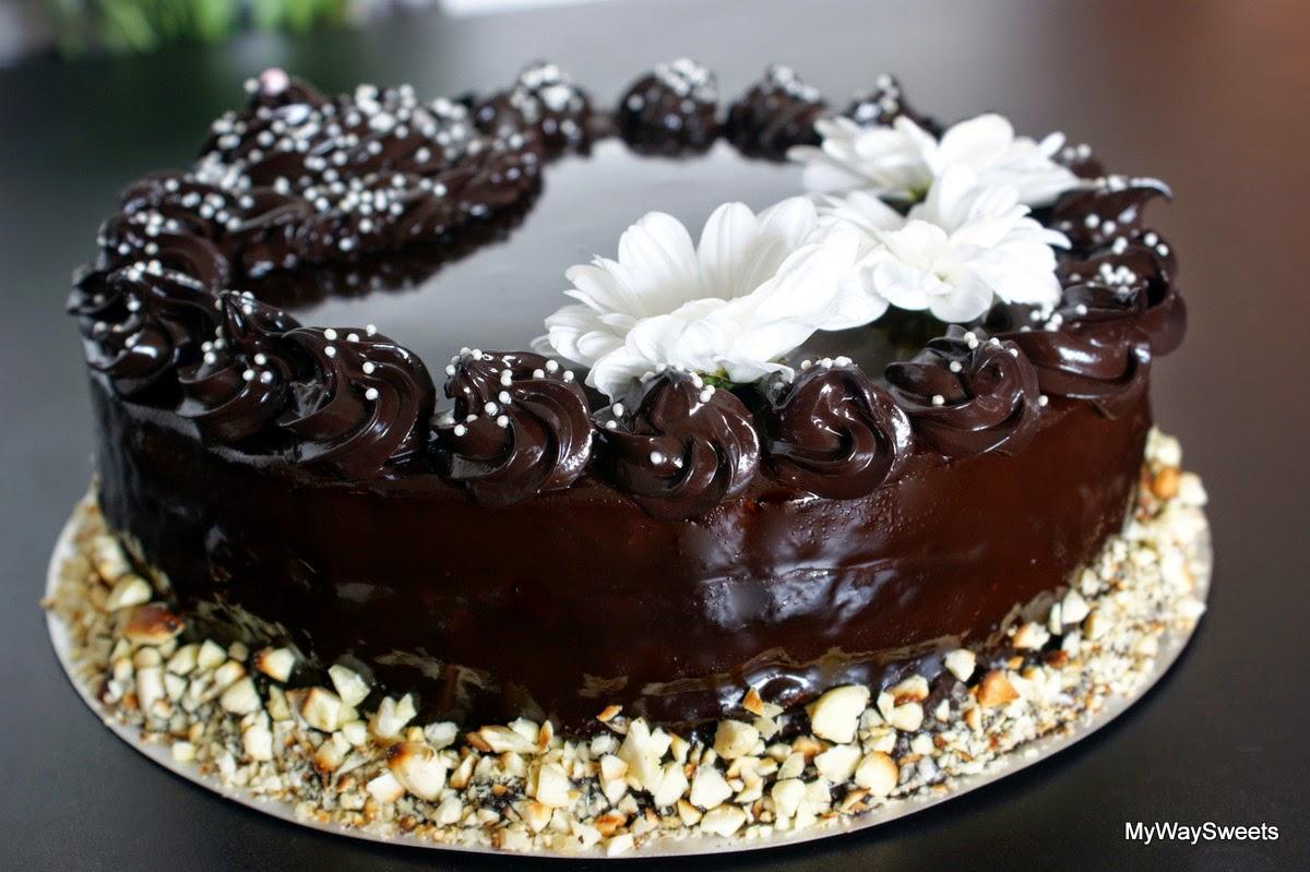 Tort czekoladowy z prażonymi migdałami